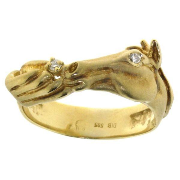 Ring mit Pferdekopf und Hand, die Zuckerle gibt